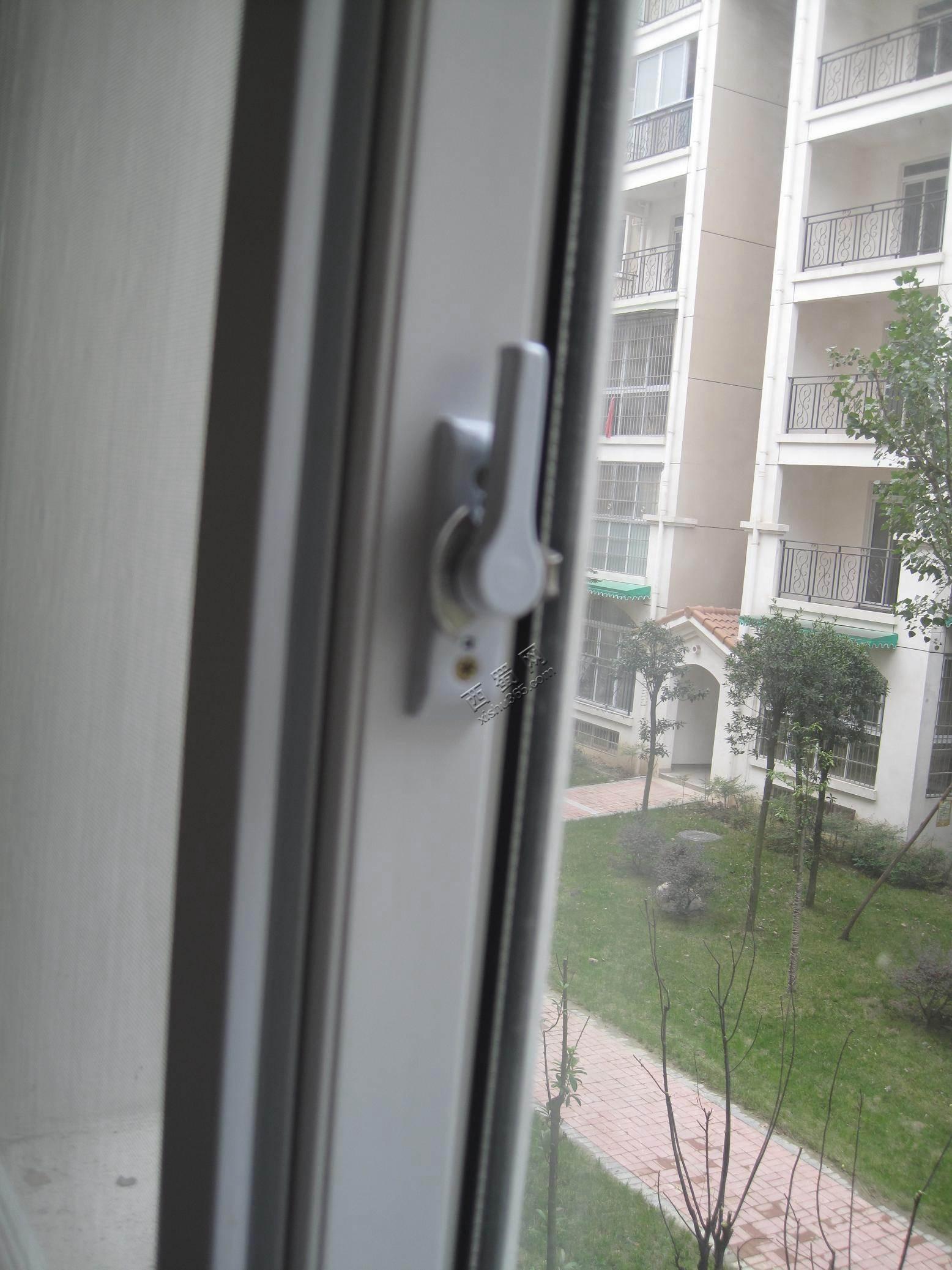 塑钢窗锁错位