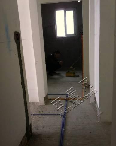 地上的蓝色管子穿的是网线,一根进女儿房,两根进主卧室