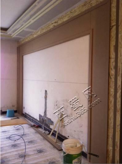 这已经是贴好面板的电视墙了,因为是做白漆,以后是做白漆哦,有点想象不出效果