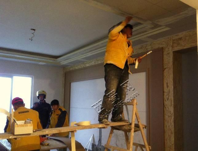 美工把吊顶上每个转角和接口的地方都这样贴防裂带,说是这样可以避免以后出现开裂的现象