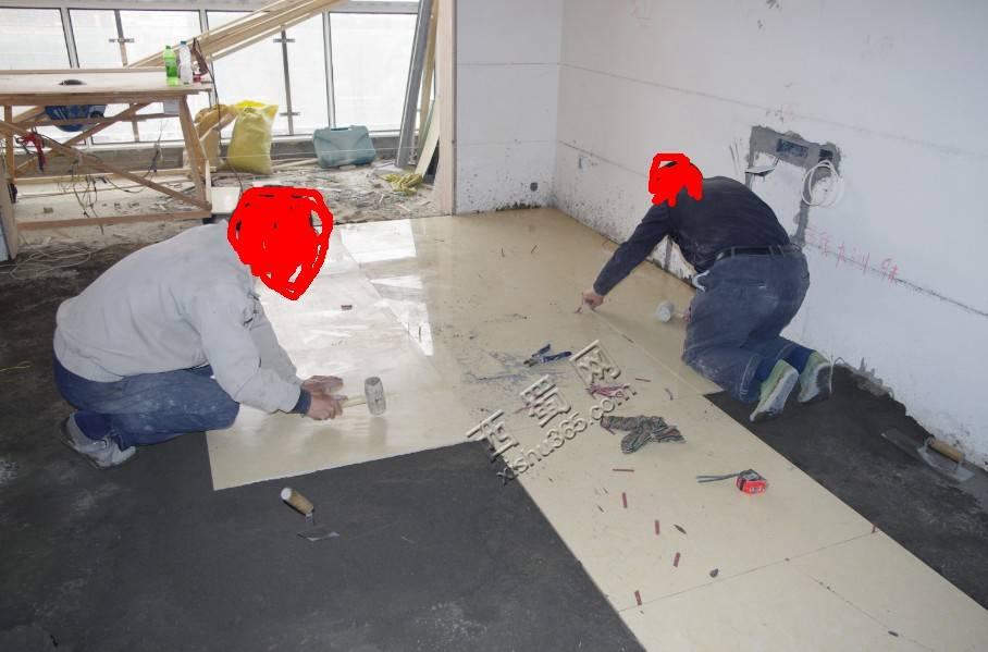袁叔叔跟姑父在贴客厅地砖