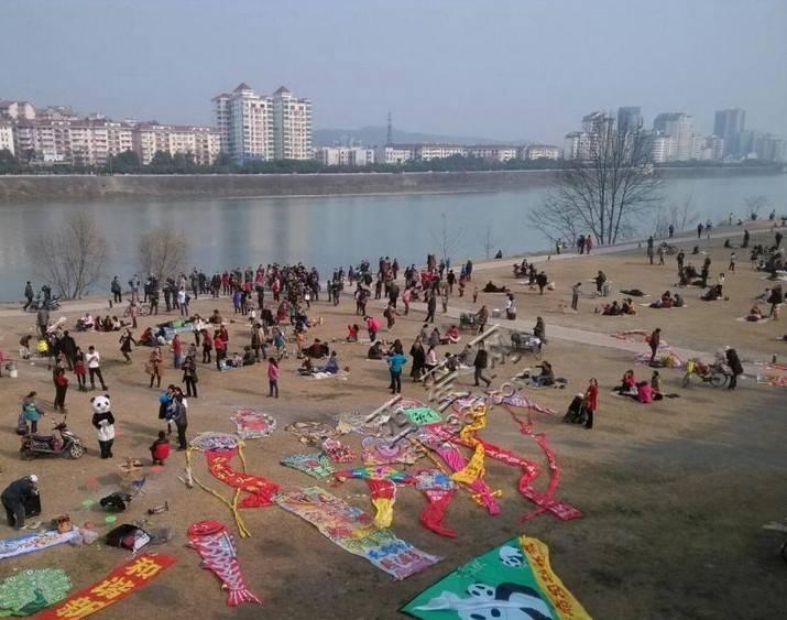 铁牛广场,滨江绿道上,绵阳中老年风筝俱乐部在搞一个放风筝的活动 图片