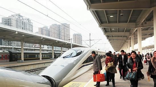 虽然春节即将结束,但忙碌的春运仍在继续,仅2月20日,绵阳火车客站就发送旅客19003人次,同比增长28.36%,而今年春运以来,绵阳站已累计发送旅客409441人次,同比增长8.14%。   记者昨日在绵阳火车客站看到,和往常一样,准备出发前往各地的旅客们在进站口外有序地排着长队,进站口的客流量明显大于出站口。记者采访了几位正在排队进站的旅客,他们有的是前往成都准备上学的中学生及其家长,有的是寒假期间准备到外地游玩的大学生,有的是准备走亲访友、外出办事的旅客,有的是奔赴外地的打工、创业者。家住游仙区的何